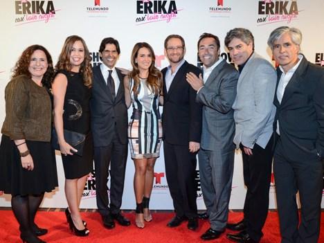Marcos Santana, presidente, y Karen Barroeta, SVP Cable, de Telemundo Internacional; Erika de la Vega; Joshua Mintz, EVP & gerente general de Telemund
