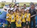 El periodista Germán Paoloski y el ex jugador Sebastián Battaglia junto al equipo ganador de la Copa Toon