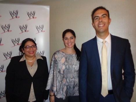 Adelyn Ruiz-Lopez, gerente, relaciones con afiliados, y Emilio Revelo, SVP de Distribución, América Latina para WWE con Alma Orillac, de NexTV Panamá
