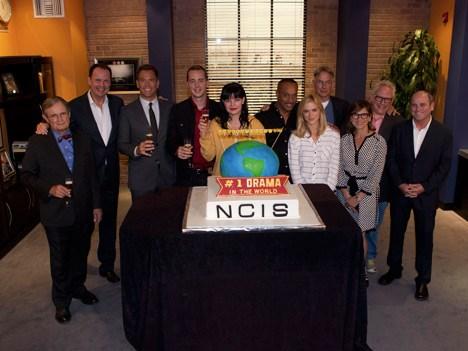 Armando Nuñez Jr., CEO de CBS Global Distribution Group, junto a protagonistas y productores de NCIS en la celebración