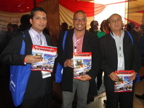 Jesús Angulo y Andrade (der.), gerente de Cable Visión de Perú, junto a Carlos Angulo Villar, jefe de sistemas, Carlos Espinoza Ruiz, jefe RRHH