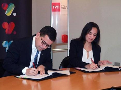 Guillermo Ponce y Carmen Gloria López firman el acuerdo entre VTR y TVN (Foto: 24Horas.cl)