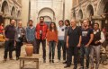 La delegación de periodistas con los actores principales en el plató donde se está rodando Filinta