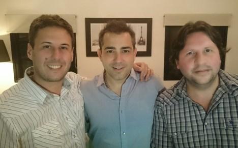 Sebastian Mellino, de Onceloops (centro) junto a Juan Yorio, director ejecutivo, y Hernán Pellegrini, director creativo, ambos de Framezero