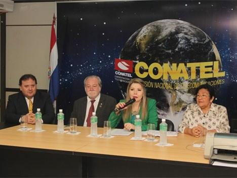 Teresita Palacios (centro) adelantó los puntos principales del Plan Nacional de Telecomunicaciones 2016-2020 (Foto: La Nación Paraguay)