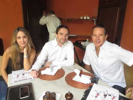 Adriana Castillo y Manuel Reveiz, de Viacom, con Javier Santelli de Univisa