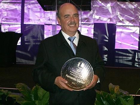 Ayer, en una ceremonia celebrada en el Glimmer Ballroom del Fontainbleau Resort de Miami, Fernando Gaitán recibió un reconocimiento a su trayectoria