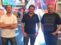 Marcos Gorban, director general (centro) con Fernado Lojo, director de producción, y Mario Borovich, director de contenidos, de Sinapsis Producciones en el estudio donde se produce Combate Argentina