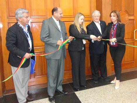 Corte de cinta inaugural: María Soto, de Grupo Isos, acompañada por Roberto García, de Fecotel; César Bohrt, de ATT; Luis Endara, de Certal (Panamá);