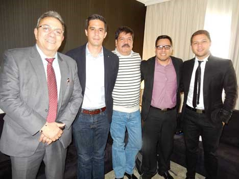 José Escalante con Unitel de Bolivia —Carlos Monasterio, Carlos Witchtendahl— más Carlos Documet y Felipe Paez