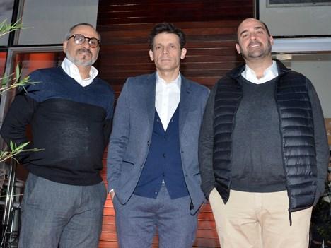 José D'Amato, responsable de América del Sur, y Javier Méndez, responsable de producción de contenidos, ambos de Grupo Mediapro (bordes), junto a Daniel Burman