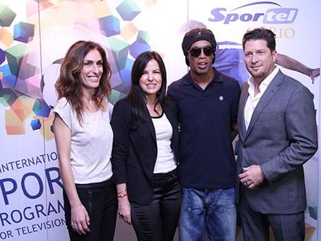 Marie Christine Ramazzotti, event manager, Amparo di Fede, gerente general, David Jones, ventas y marketing, con Ronaldinho