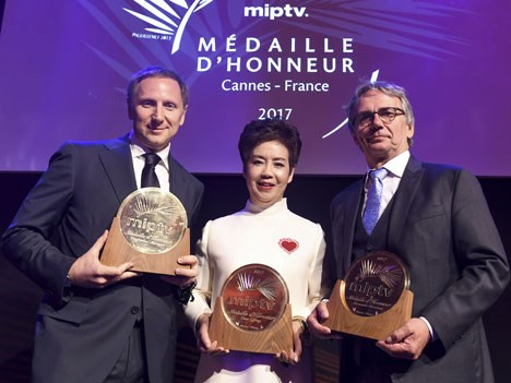 Médailles d'Honneur MIPTV 2017: Viacheslav Murugov, CEO, CTC Media (Russia), Zhao Yifang, president and founder, Huace Grou (China) and Alexander Cori