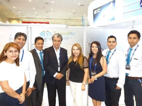 APTC 17 D2 El Ing Tomás Delgado con Edgar, Rosa y Giselle Carrasco, Miriam Vera y y el equipo de Scientific Satellite