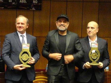 Sergio Veiga, vicepresidente de Fox para el Cono Sur, y Daniel Martínez, intendente de Montevideo (Uruguay), recibieron el Balón de la Amistad, de man