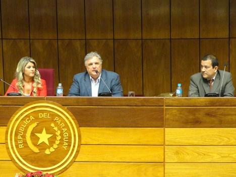 Cynthia Tarragó, diputada de Paraguay, Alejandro Harrison, director de Telecom Argentina, e Felix Morlas, de Acip Paraguay, en el cierre de la Cumbre