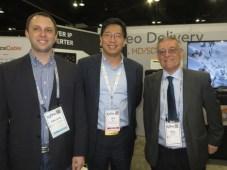 Emilano Bonansea y Raúl Malisani, de Interlink, con Jeff Zhu, de Wellav, en la SCTE