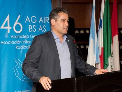 Heber Martínez, integrante del directorio del Enacom, durante la conferencia de AIR en Argentina