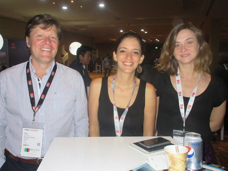 Alexis Piwonka, international distribution, e Isabel Rodriguez, head of acquisitions, ambos de TVN Chile (bordes) junto a Fabiola Paravisini, gerente