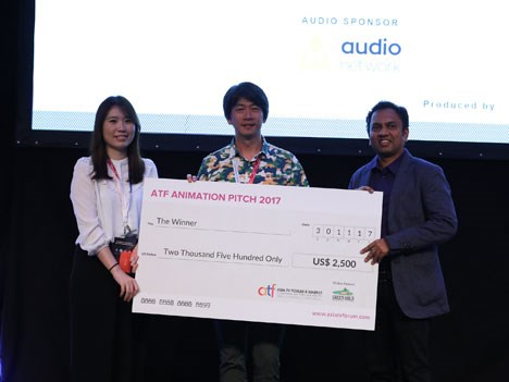 Grace Chuang and Chiu Li Wei from studio2 Animation Lab receiving the cheque from Rajiv Chilaka, Founder & CEO, Green Gold Animation Pvt Ltd at the AT