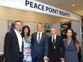 Les Tomlin con Rosemarie Vega, consultora de PE Media Services, Eric Muller, VP de ventas y adquisiciones internacionales de Peace Point Rights, Raúl