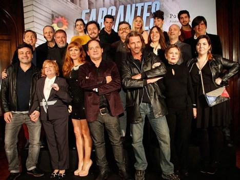Todo el elenco de Farsantes en la presentación de la tira